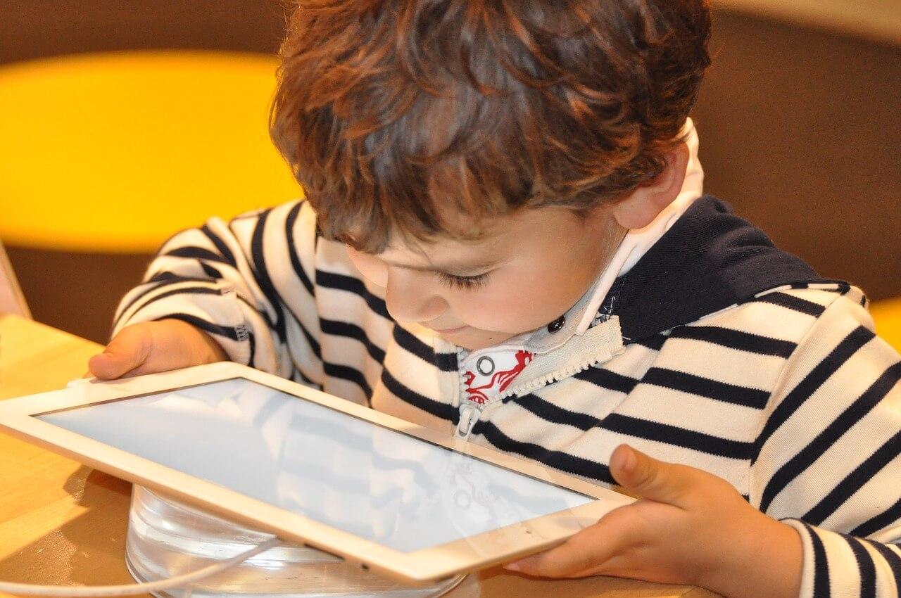 menor con una tablet