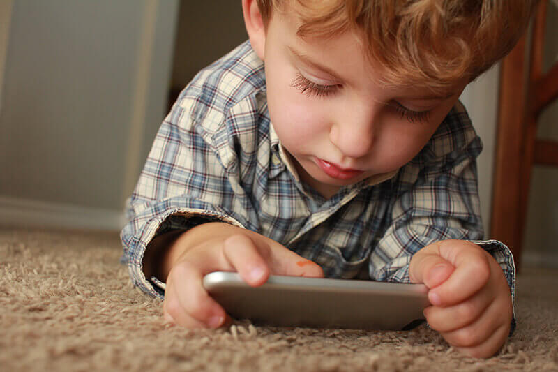 niño utilizando dispositivo